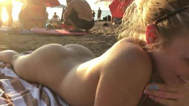 <p>Gorgeous blonde girl Bailey Brooke gets naked on the beach</p>