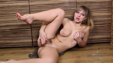 <p>Brunette amateur chick Jamaica fingers her hairy twat in kitchen</p>