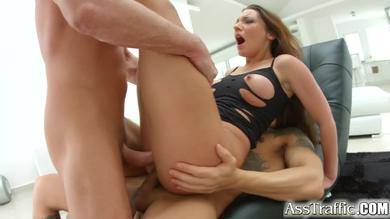 <p>Julie Skyhigh is a brunette that will be penetrated in booty</p>