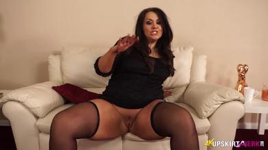 <p>Fat brunette babe Anna Lynn shows her Pussy</p>